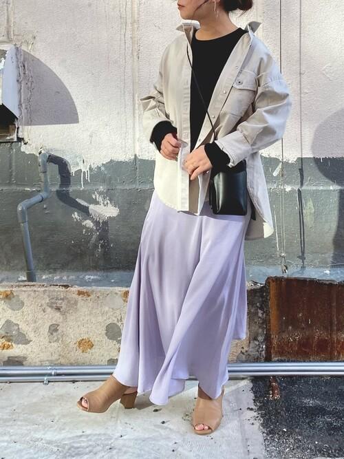 黒のカットソー×紫のマキシスカート×グレーのシャツのレディースコーデ
