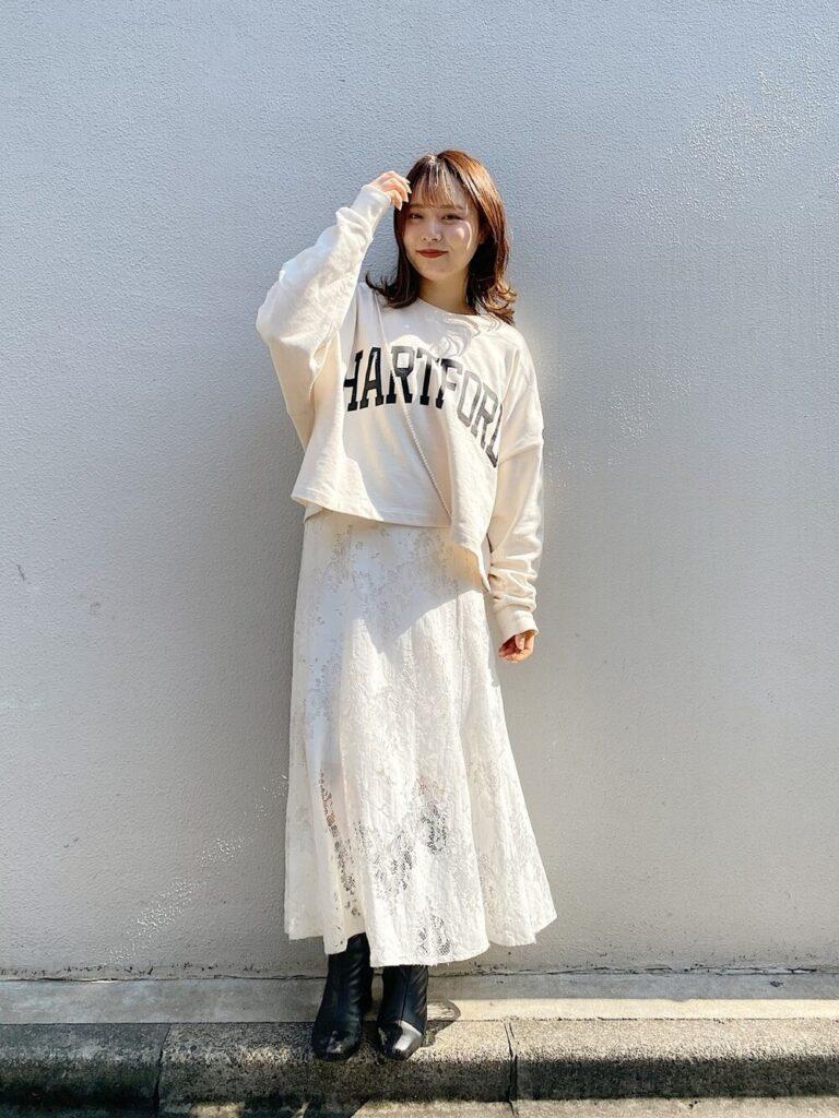 白のレーススカート×スウェット×ロングブーツ