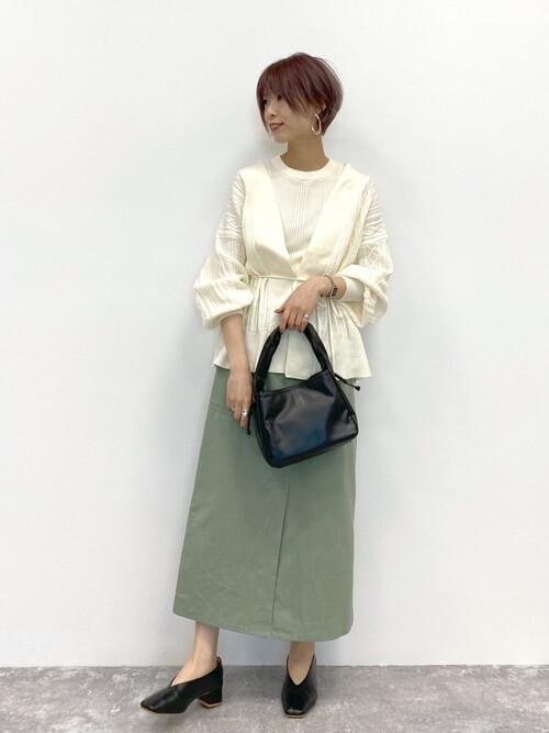 白のブラウス×グリーンのスカートの春夏の通勤コーデ