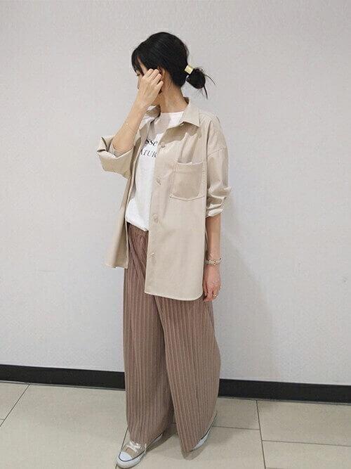 Tシャツ×ベージュのワイドパンツ×ベージュのオーバーシャツの春夏コーデ