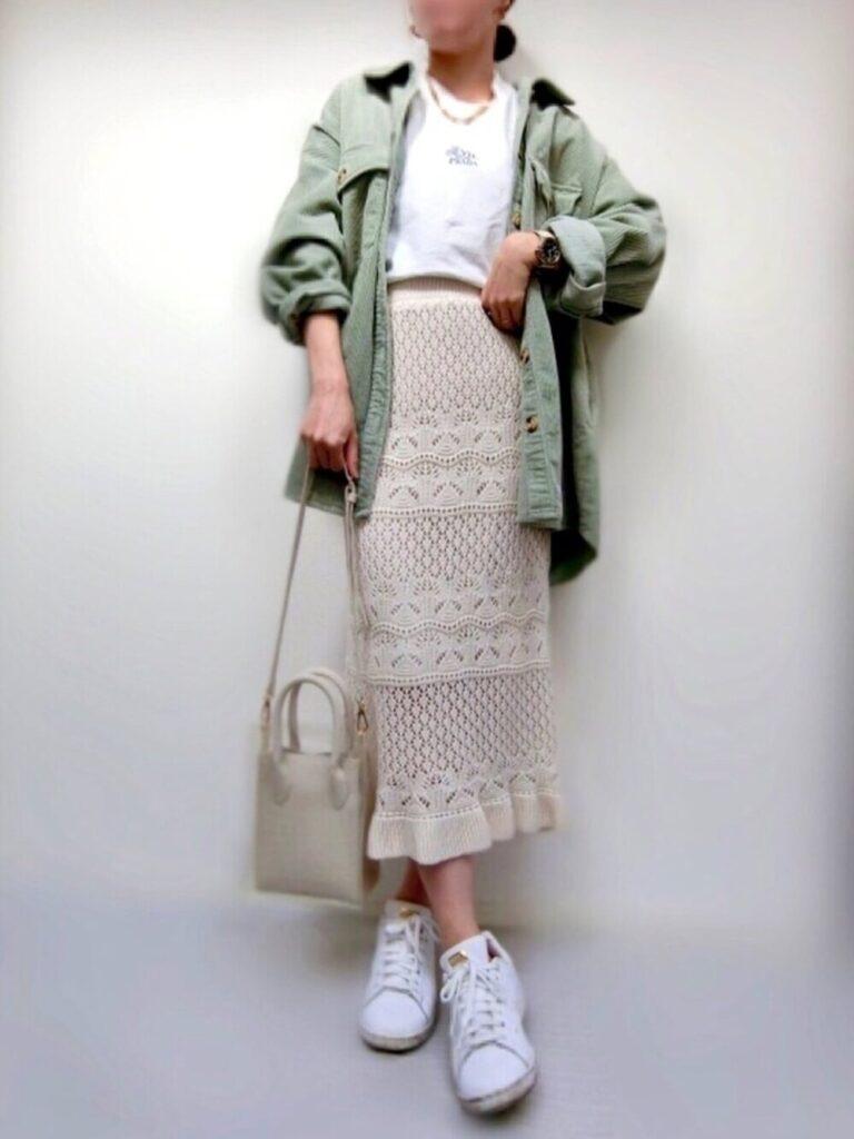 アディダスのスニーカー×グリーンのシャツ×白T×ニットスカート