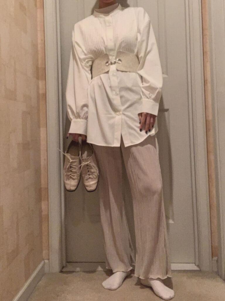 コルセットベルト×シャツ×プリーツパンツ×フラットシューズ