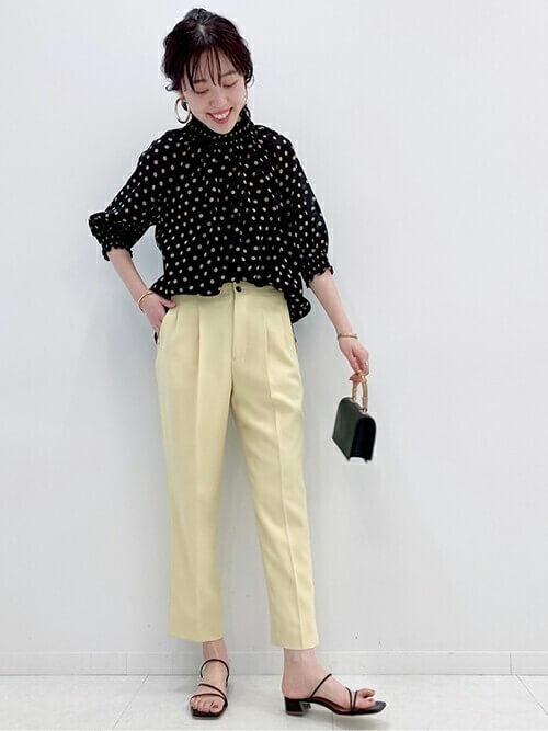 黄色のテーパードパンツ×サンダル×ドット柄シャツのレディースコーデ
