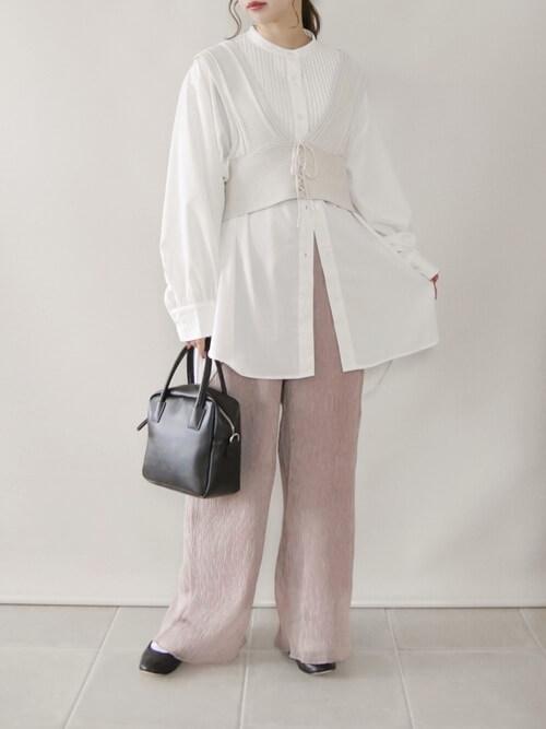 ビスチェ×ドレスシャツ×シアーパンツ×パンプス×バッグ