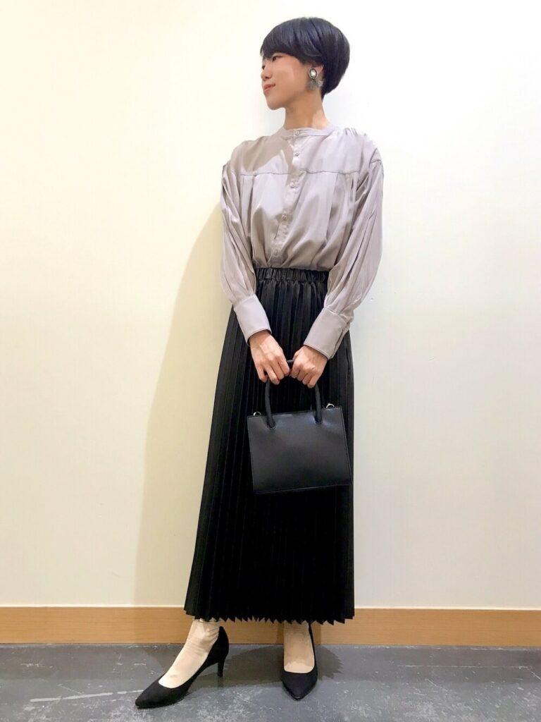 黒のマキシスカート×黒のパンプス×グレーのシャツのレディースコーデ