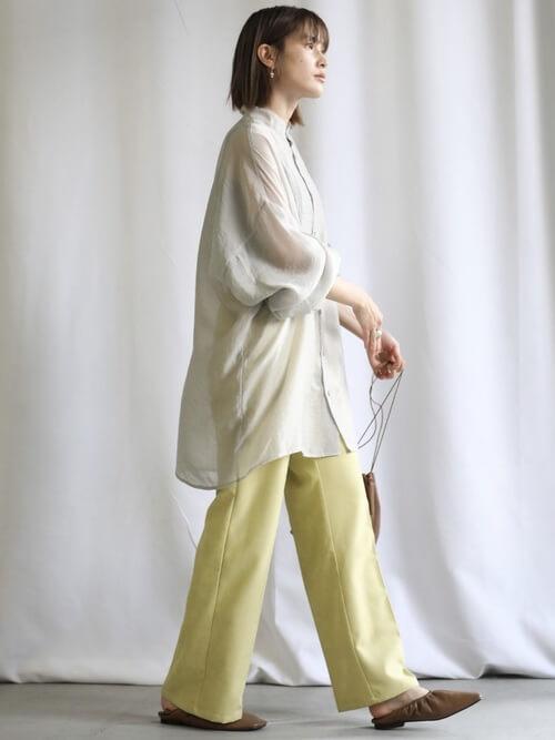 黄色のスラックスパンツ×フラットシューズ×グレーのシャツレディースコーデ