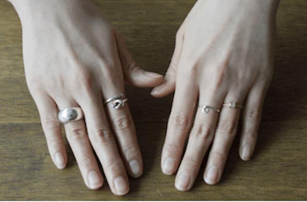 指輪のおしゃれな重ね付け方法:カラー・素材・デザインを統一する