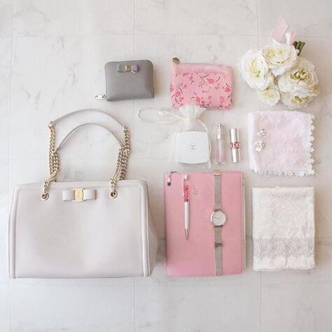 白のミニハンドバッグ×手帳×腕時計×ハンカチ