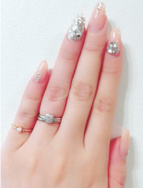 指輪のおしゃれな付け方:ネイルしている指に似合う指輪