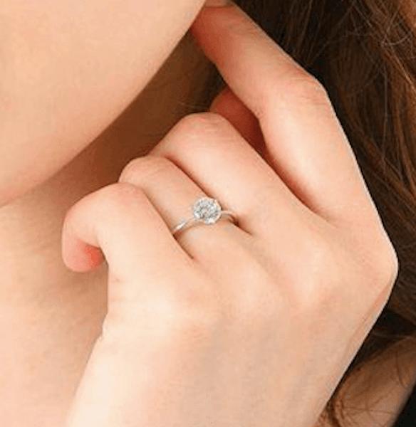 指輪のおしゃれな付け方:白い肌に似合う指輪