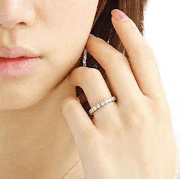 指輪のおしゃれな付け方:青白い指に似合う指輪