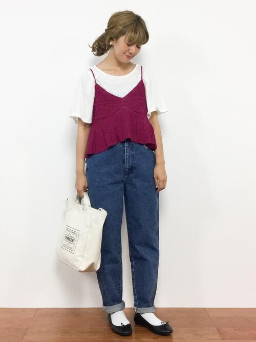 赤のキャミソール×白のTシャツ×デニムパンツ×黒のパンプス