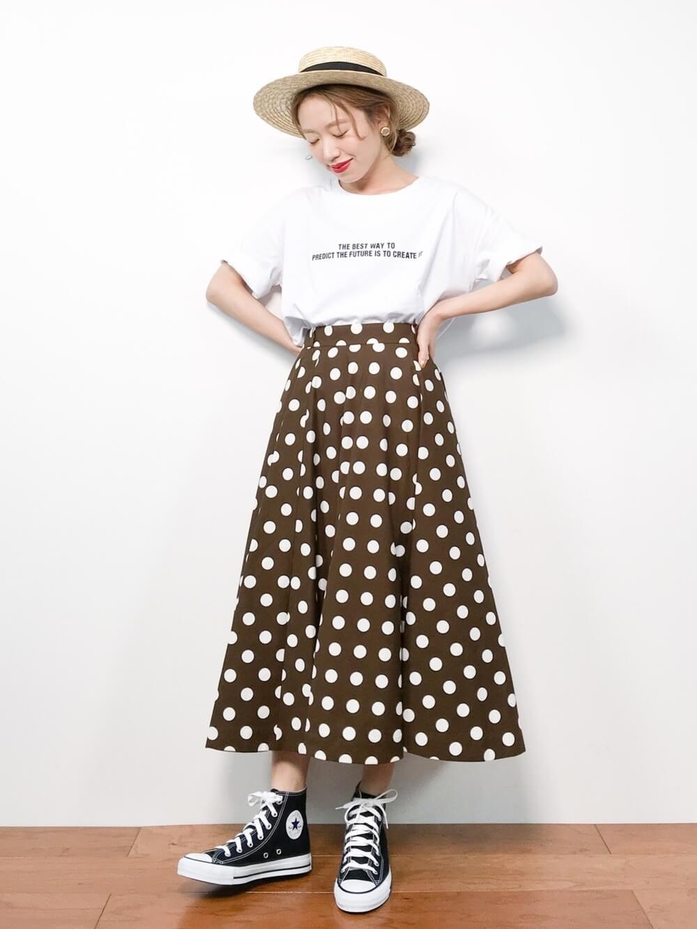 麦わら帽子×白のロゴTシャツ×ドット柄のスカート×黒のスニーカー