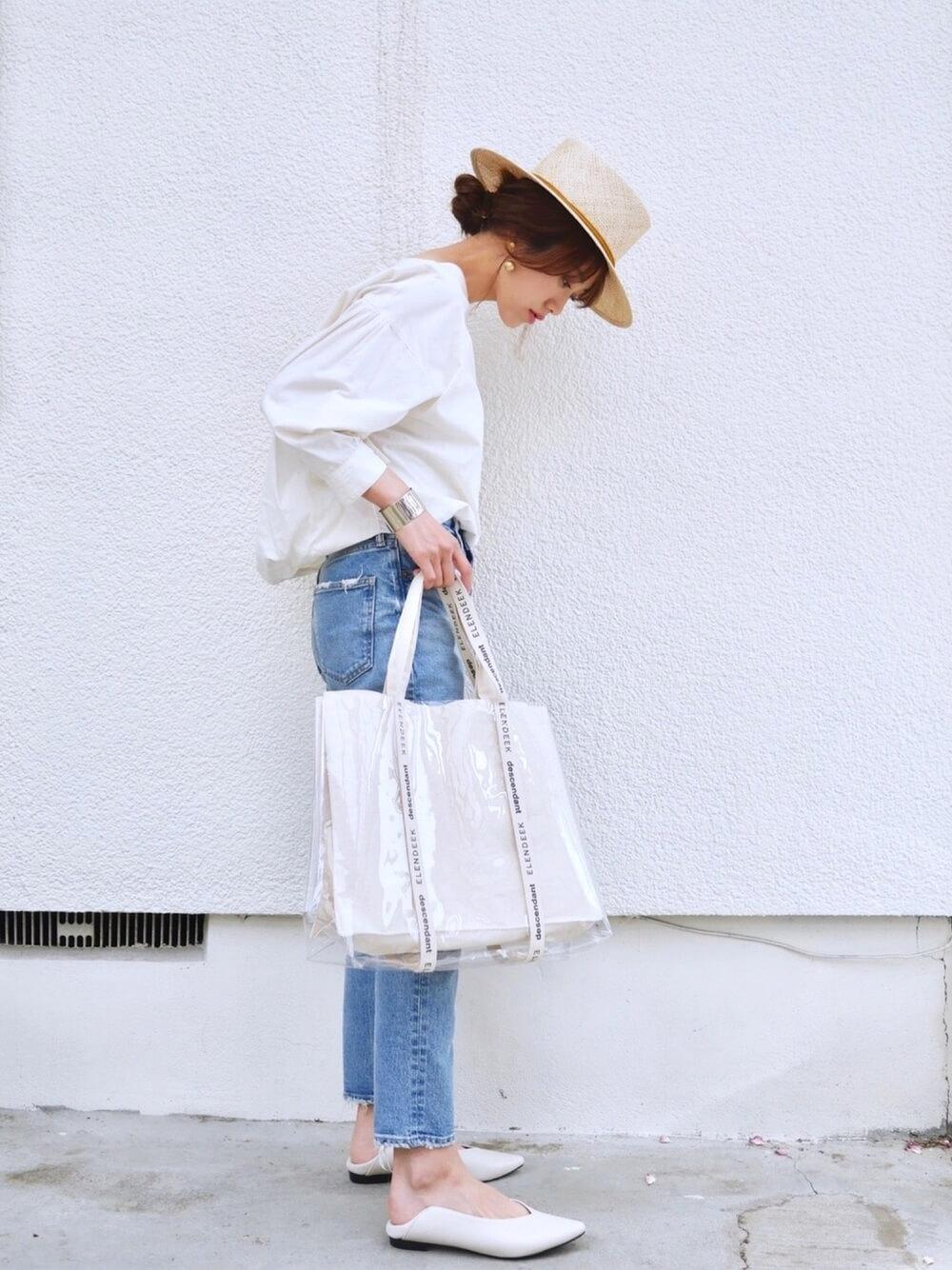 カンカン帽×白のボリューム袖ブラウス×デニムパンツ×白のパンプス
