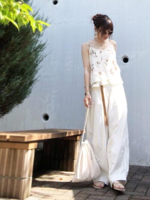 白のワイドパンツ×フラットサンダル×花柄キャミソールのコーデ