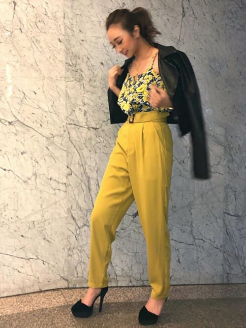 ライダースジャケット×黄色のテーパードパンツ×花柄キャミソールのコーデ