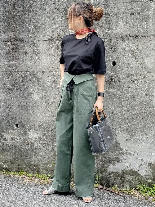 黒のTシャツ×カーキのパンツ×シルバーのサンダル×スカーフ