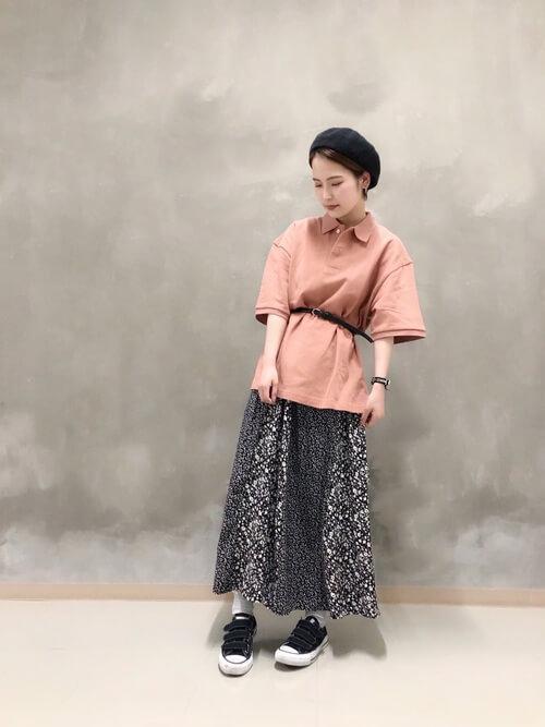 総柄スカート×スニーカー×ピンクのポロシャツのコーデ