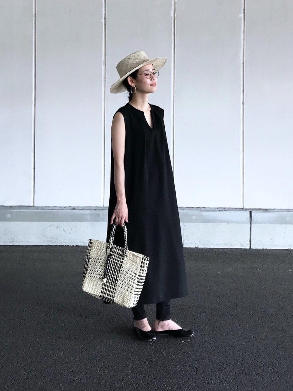 カンカン帽×黒のワンピース×黒の足袋パンプス