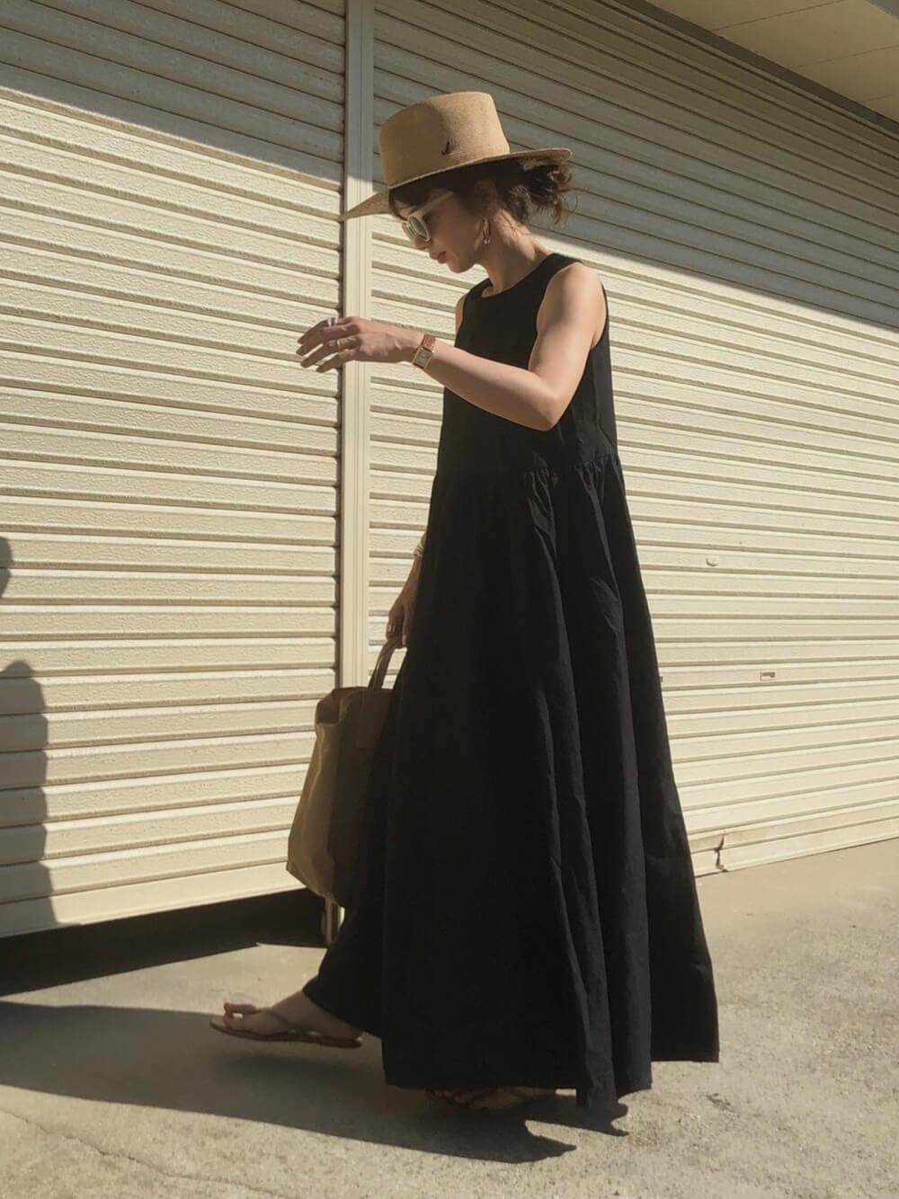 麦わら帽子×黒のワンピース×ベージュのサンダル