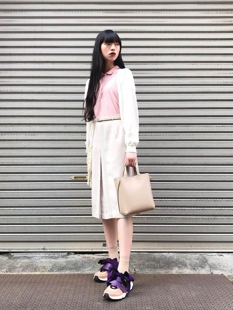 白のカーディガン×タイトスカート×スニーカー×ピンクのポロシャツのコーデ