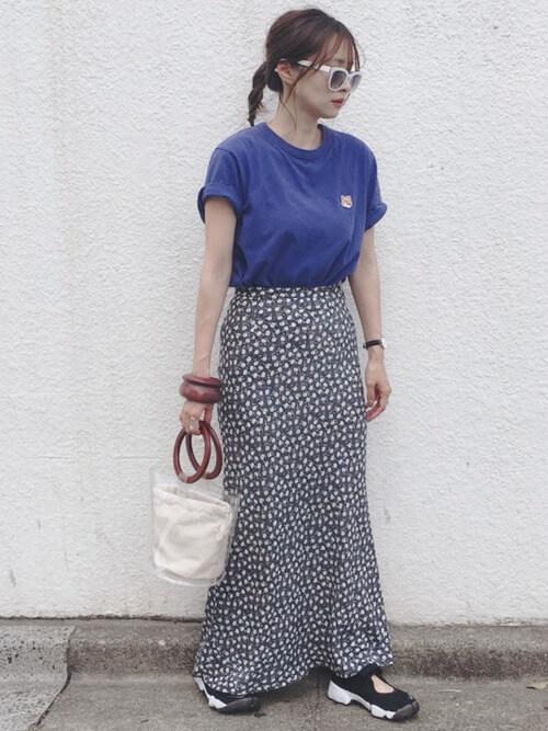 青のTシャツ×黒の花柄スカート×黒のスニーカーサンダル×クリアバッグ×白のサングラス