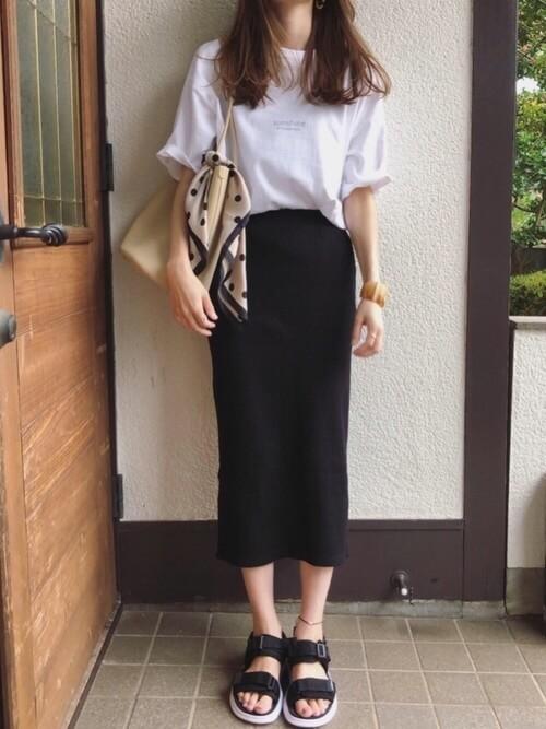 無地の白Tシャツ×黒のタイトスカート×黒のサンダル×ベージュのバッグ