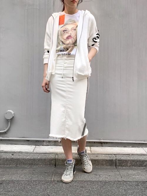 白のジップパーカー×グラフィックTシャツ×タイトスカートのサーフ系ファッションコーデ