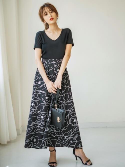 VネックTシャツ×黒の総柄スカート×黒のサンダル