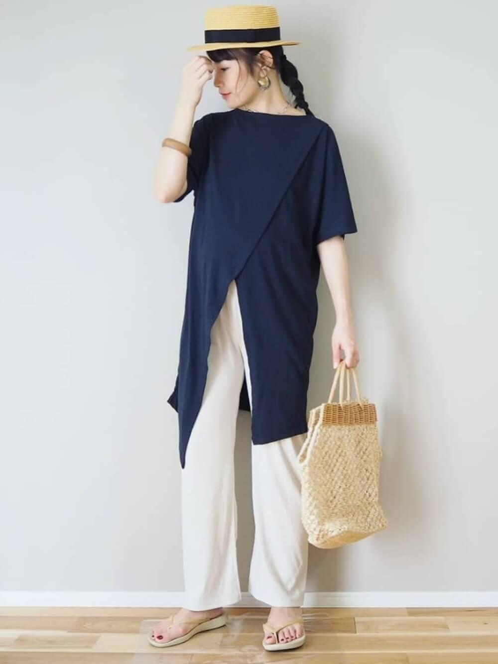 カンカン帽×アシメデザインのTシャツ×白のリブパンツ×ベージュのビーチサンダル