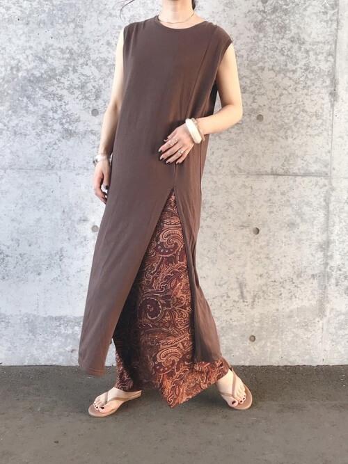 スリットワンピース×ブラウンの総柄のスカート×ベージュのサンダル