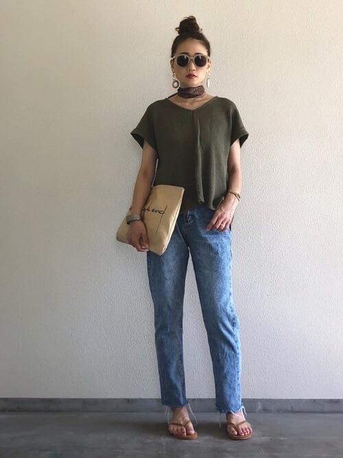 VネックTシャツ×デニムパンツ×ベージュのサンダル×クラッチバッグ