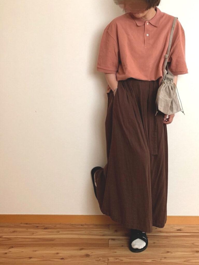 茶色のマキシスカート×サンダル×ピンクのポロシャツのコーデ