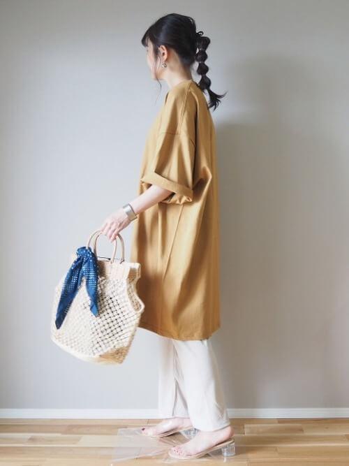 黄色のTシャツ×白のリブパンツ×クリアサンダル×かごバッグ