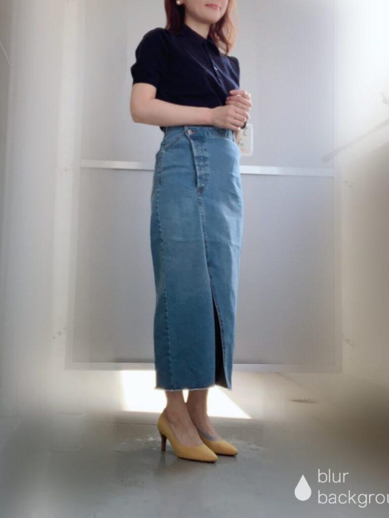 タイトデニムスカート×黄色のパンプス×ネイビーのポロシャツのコーデ