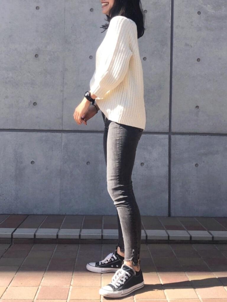 白ニット×黒のスキニーデニム×スニーカーのサーフ系ファッションコーデ