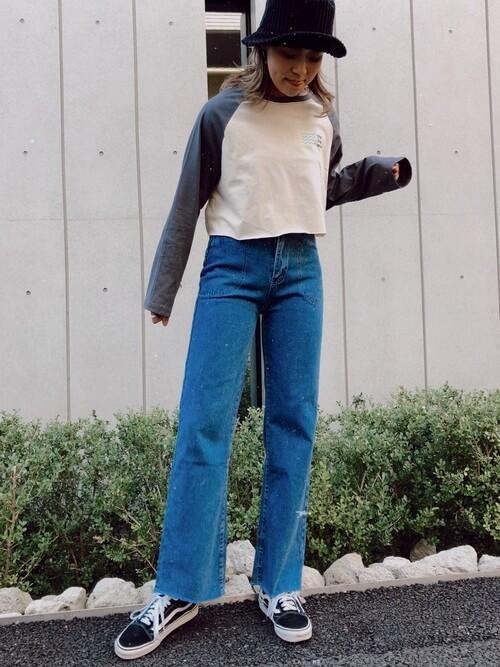 ラグランカットソー×ワイドデニム×スニーカーのサーフ系ファッションコーデ