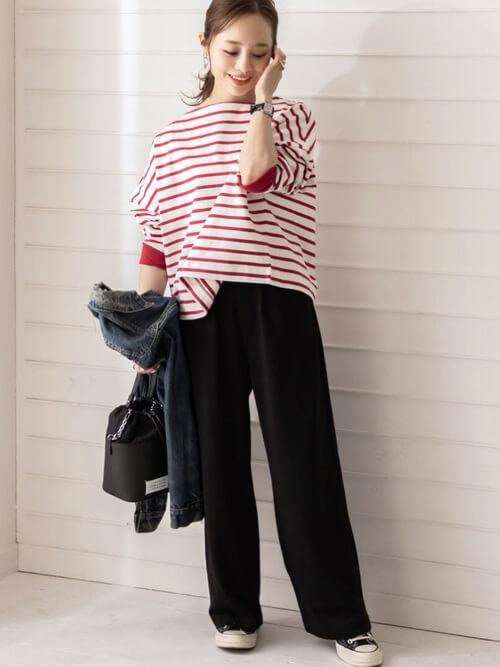 赤のTシャツ×黒のセミワイドパンツ×黒のスニーカー