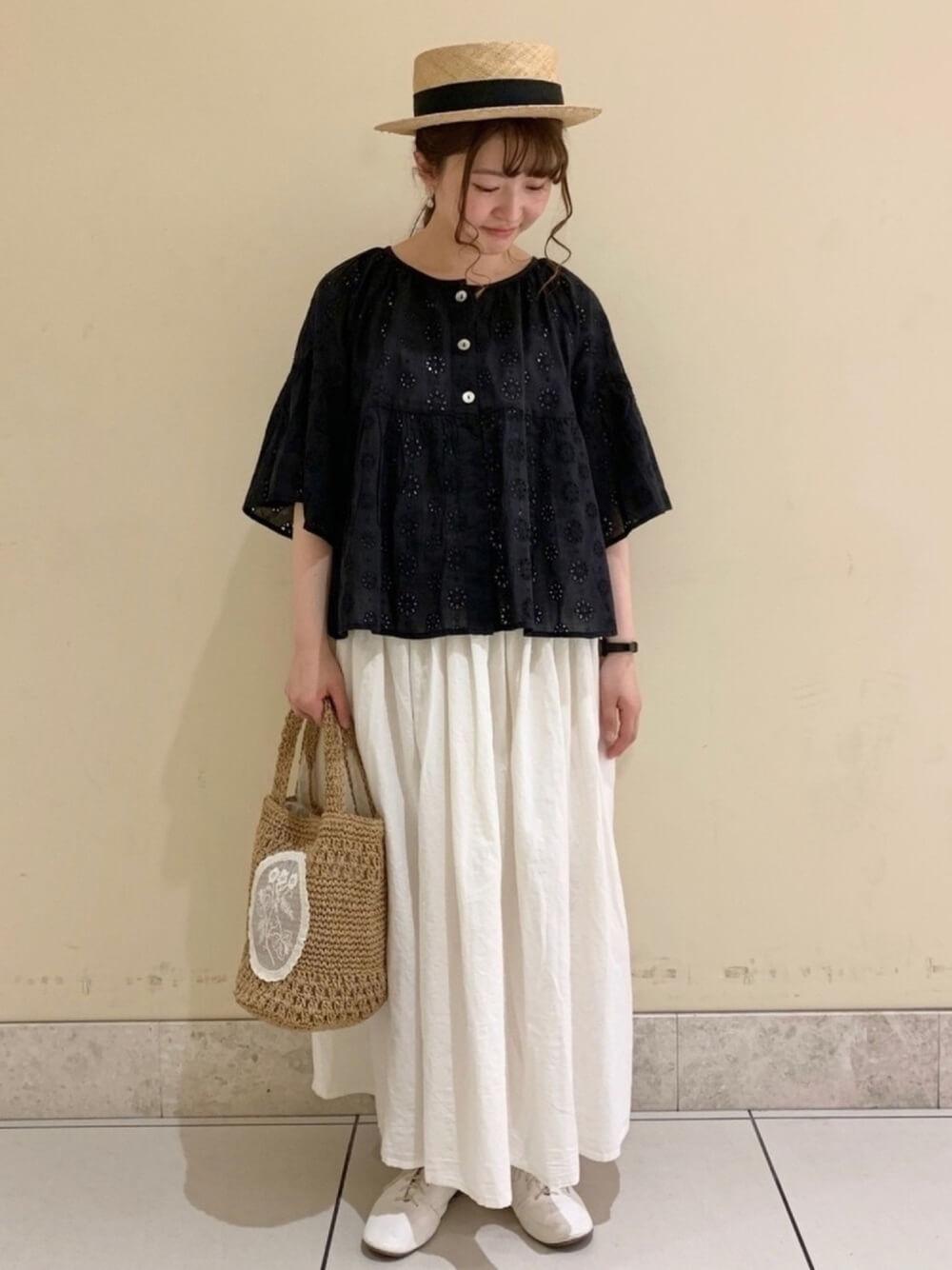 カンカン帽×黒のブラウス×白のスカート×白のローファー