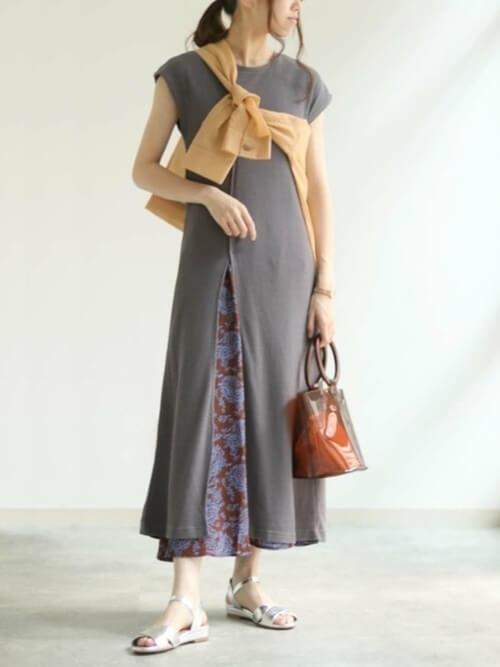 スリットワンピース×オレンジのシャツ×花柄のスカート×シルバーのサンダル