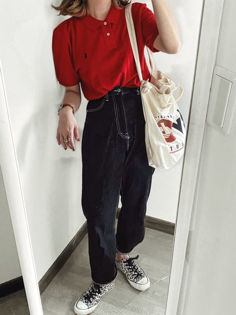 赤ポロシャツ×ワイドデニム×スニーカー