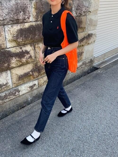 テーパードデニム×フラットシューズ×黒のポロシャツのコーデ