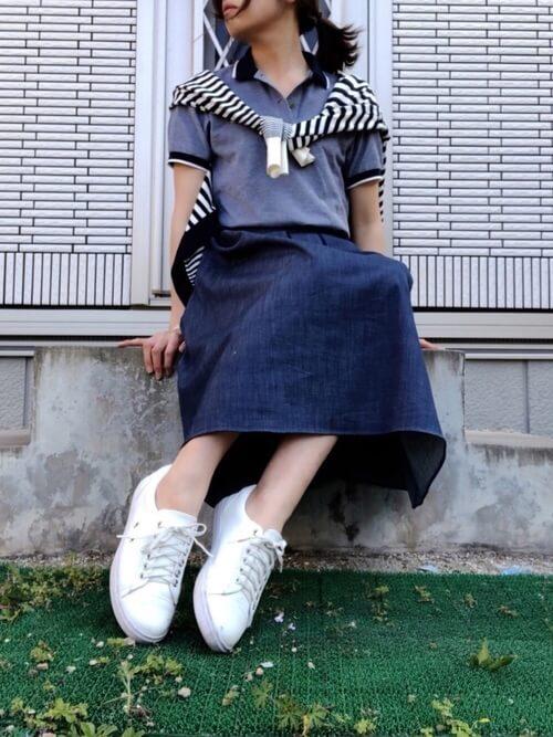 デニムロングスカート×スニーカー×ネイビーのポロシャツのコーデ