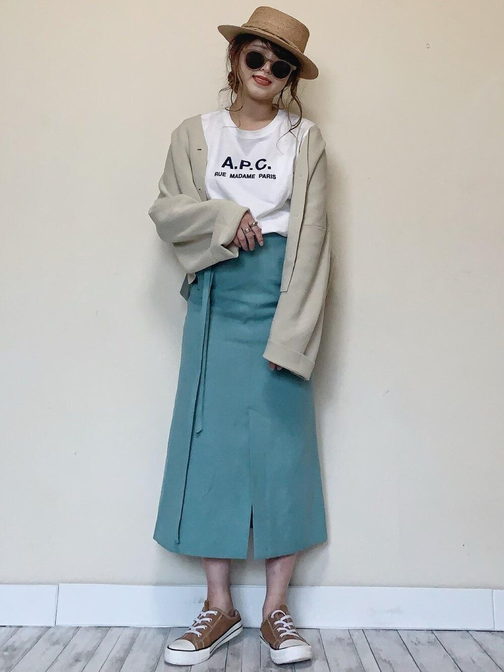 カンカン帽×ベージュのカーディガン×白のブランドTシャツ×ブルーのタイトスカート