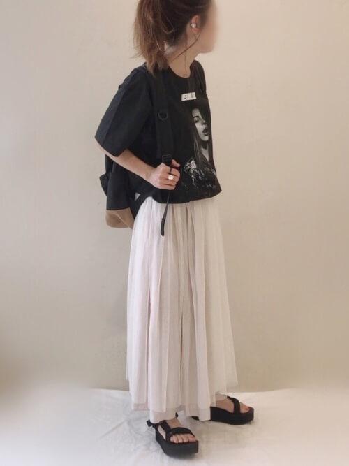 チュールスカート×スポーツサンダル×ロックTシャツのレディースコーデ