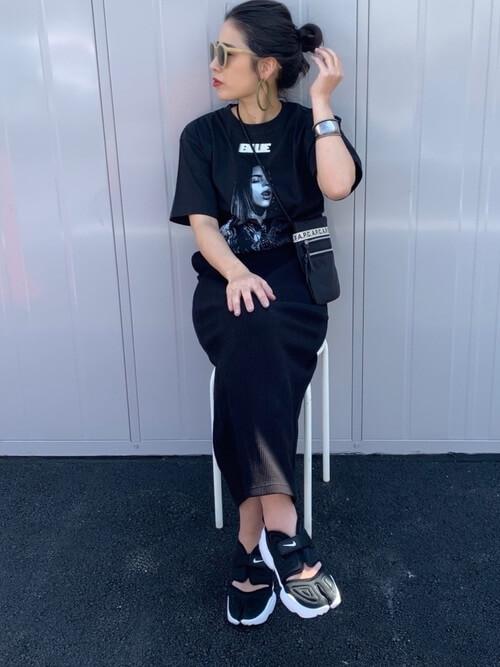 黒のタイトスカート×スニーカーサンダル×ロックTシャツのレディースコーデ