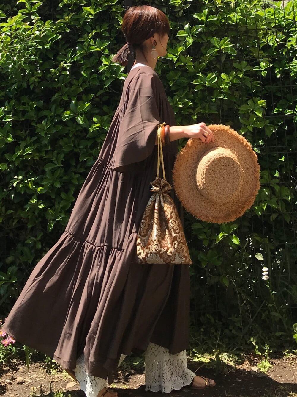 麦わら帽子×ブラウンのティアードワンピース×ブラウンの透かしニットパンツ×ブラウンのサンダル