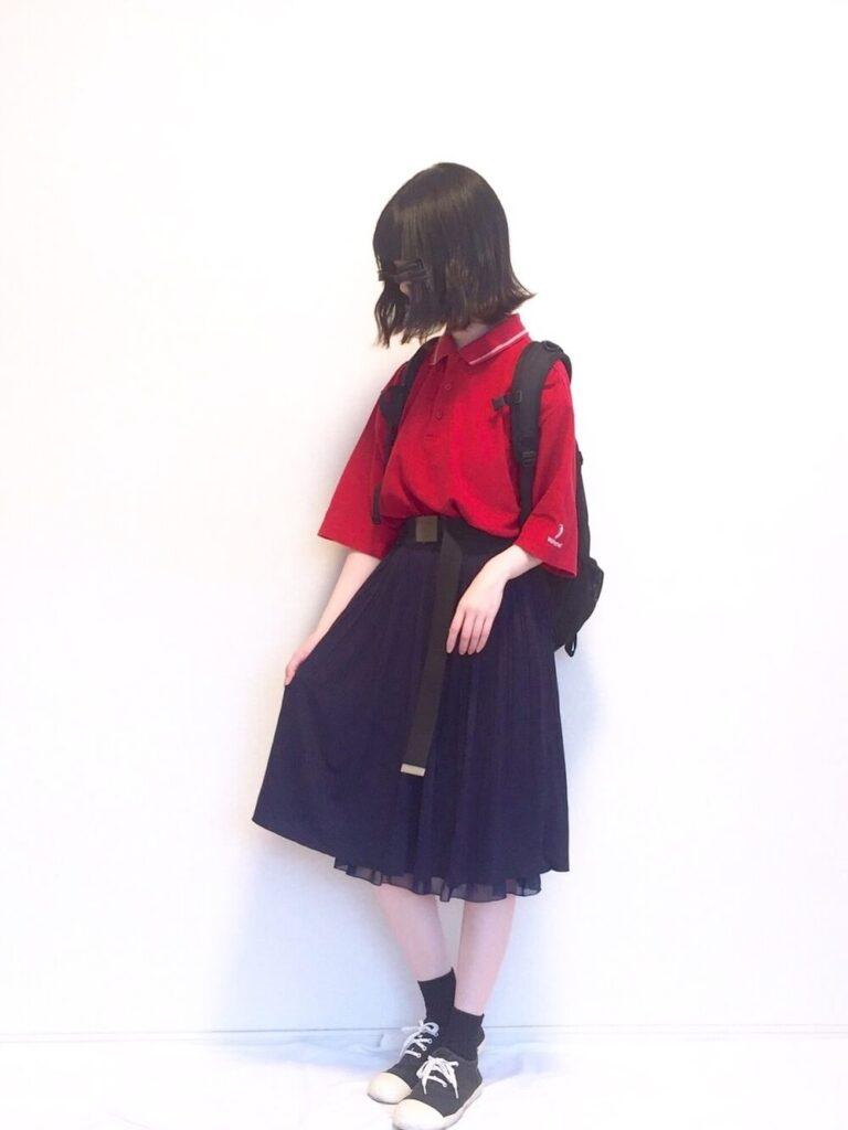 赤ポロシャツ×チュールスカート×スニーカー
