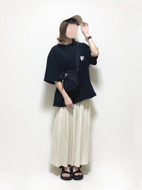 黒のTシャツ×白のプリーツスカート×黒のスポーツサンダル×黒のサコッシュ