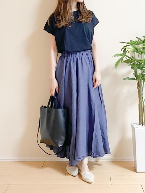 黒のTシャツ×ブルーのマキシスカート×ベージュのサンダル